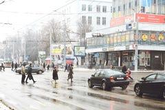 戈梅利,白俄罗斯- 2018年1月19日:在国际冬天交易在街道上的交通 免版税库存图片