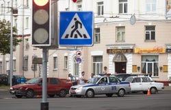 戈梅利,白俄罗斯- 2018年5月17日:在城市街道上的老红色小减速火箭的汽车 免版税库存照片
