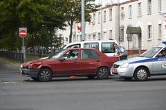 戈梅利,白俄罗斯- 2018年5月17日:在城市街道上的老红色小减速火箭的汽车 免版税库存图片