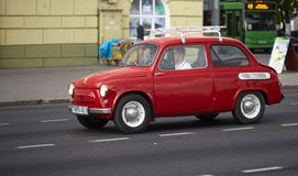 戈梅利,白俄罗斯- 2018年5月17日:在城市街道上的老红色小减速火箭的汽车 库存图片