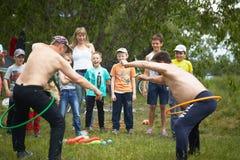 戈梅利,白俄罗斯- 2018年5月19日:孩子的室外游戏本质上在野餐的 免版税图库摄影