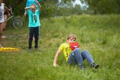 戈梅利,白俄罗斯- 2018年5月19日:孩子的室外游戏本质上在野餐的 免版税库存图片