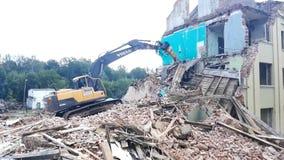 戈梅利,白俄罗斯- 2018年8月4日:富豪集团破坏性的机器大厦爆破 股票视频