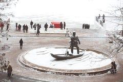 戈梅利,白俄罗斯- 2018年1月19日:对市的创建者的纪念碑戈梅利 有小跑的一个人在小船 免版税库存照片