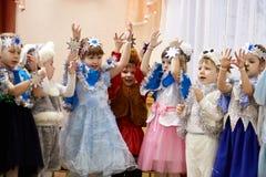 戈梅利,白俄罗斯- 2017年12月20日:新年孩子的` s假日在幼儿园 孩子4 - 5年 库存图片
