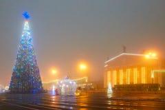 戈梅利,白俄罗斯- 2017年12月28日:新年` s照明在城市的大广场 小建筑形式 库存照片