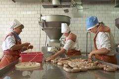 戈梅利,白俄罗斯- 2011年9月22日:肉食品处理植物 处理猪肉和牛肉 机器、机制和设备 免版税库存图片