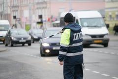 戈梅利,白俄罗斯- 2017年12月18日:路巡逻服务的官员与警棒的 图库摄影