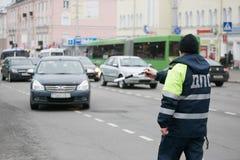戈梅利,白俄罗斯- 2017年12月18日:路巡逻服务的官员与警棒的 库存照片