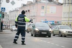 戈梅利,白俄罗斯- 2017年12月18日:路巡逻服务的官员与警棒的 库存图片
