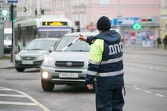 戈梅利,白俄罗斯- 2017年12月18日:路巡逻服务的官员与警棒的 免版税图库摄影