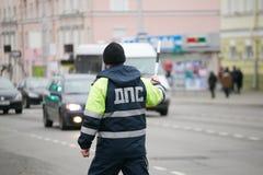戈梅利,白俄罗斯- 2017年12月18日:路巡逻服务的官员与警棒的 免版税库存照片