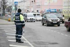 戈梅利,白俄罗斯- 2017年12月18日:路巡逻服务的官员与警棒的 免版税库存图片