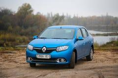 戈梅利,白俄罗斯- 2017年10月28日:雷诺摇石在秋天风景的背景的轿车蓝色 免版税库存图片