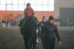 戈梅利,白俄罗斯- 2017年11月25日:马骑术马术运动 孩子学会马术 免版税库存图片
