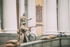 戈梅利,白俄罗斯 庆祝的世纪十月革命 以白卫兵战士的形式Reenactors  库存图片