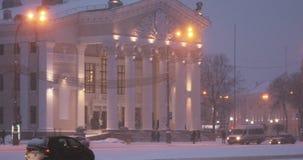戈梅利,白俄罗斯 戈梅利地方戏曲剧院大厦列宁广场的冬天斯诺伊暴风雪晚上时间的 平底锅 股票录像