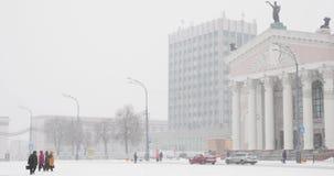 戈梅利,白俄罗斯 戈梅利地方戏曲剧院大厦列宁广场的在冬天斯诺伊暴风雪天 平底锅,全景 股票视频