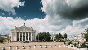 戈梅利,白俄罗斯 戈梅利地方戏曲剧院大厦列宁广场的在夏日 股票录像