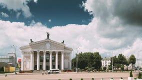 戈梅利,白俄罗斯 戈梅利地方戏曲剧院大厦列宁广场的在夏日 影视素材