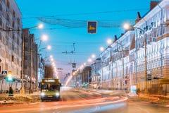 戈梅利,白俄罗斯 早晨交通,在Lenina大道街道上的公开公共汽车 免版税图库摄影
