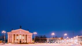 戈梅利,白俄罗斯 时间间隔定期流逝从天到夜 交通和光足迹临近戈梅利地方戏曲大厦  影视素材