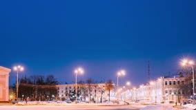 戈梅利,白俄罗斯 时间间隔定期流逝从天到夜 交通和光足迹临近戈梅利地方戏曲大厦  股票视频