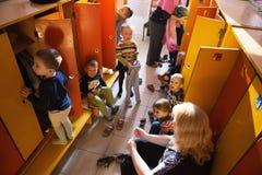戈梅利,白俄罗斯- 2016年10月3日:三岁小孩为步行装饰在家庭教师帮助下 托儿所119 库存照片