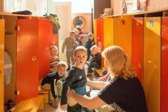 戈梅利,白俄罗斯- 2016年10月3日:三岁小孩为步行装饰在家庭教师帮助下 托儿所119 免版税库存照片