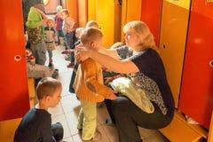 戈梅利,白俄罗斯- 2016年10月3日:三岁小孩为步行装饰在家庭教师帮助下 托儿所119 免版税库存图片
