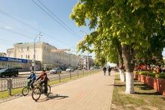 戈梅利,白俄罗斯- 2017年5月14日:人和汽车的运动沿Sovetskaya街在市戈梅利 图库摄影