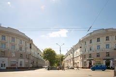 戈梅利,白俄罗斯- 2017年5月14日:人和汽车的运动沿Sovetskaya街在市戈梅利 免版税库存照片