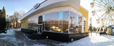 戈梅利,白俄罗斯- 2017年1月31日:伊琳娜餐馆在回顾的轮子的公园 免版税库存照片