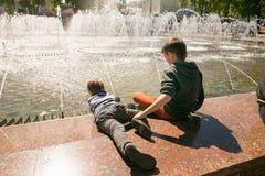 戈梅利,白俄罗斯- 2017年5月14日:儿童游戏用在一个城市喷泉附近的水在市戈梅利 库存照片