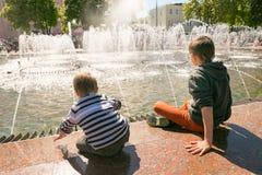 戈梅利,白俄罗斯- 2017年5月14日:儿童游戏用在一个城市喷泉附近的水在市戈梅利 免版税库存图片