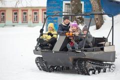 戈梅利,白俄罗斯- 2017年1月15日:国家冬天家庭假日 乘坐的耐震车在冬天 免版税库存图片