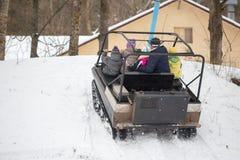 戈梅利,白俄罗斯- 2017年1月15日:国家冬天家庭假日 乘坐的耐震车在冬天 免版税图库摄影