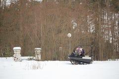 戈梅利,白俄罗斯- 2017年1月15日:国家冬天家庭假日 乘坐的耐震车在冬天 图库摄影