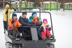 戈梅利,白俄罗斯- 2017年1月15日:国家冬天家庭假日 乘坐的耐震车在冬天 库存图片