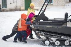 戈梅利,白俄罗斯- 2017年1月15日:国家冬天家庭假日 乘坐的耐震车在冬天 免版税库存照片
