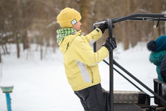 戈梅利,白俄罗斯- 2017年1月15日:国家冬天家庭假日 乘坐的耐震车在冬天 库存照片