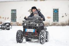 戈梅利,白俄罗斯- 2017年1月15日:国家冬天家庭假日 骑自行车在冬天的方形字体 图库摄影