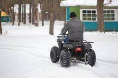 戈梅利,白俄罗斯- 2017年1月15日:国家冬天家庭假日 骑自行车在冬天的方形字体 免版税库存照片