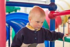 戈梅利,白俄罗斯- 2015年5月3日:在一个美丽的操场的儿童游戏 免版税库存照片