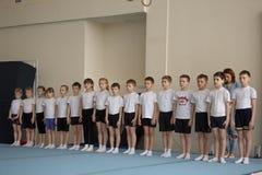戈梅利,白俄罗斯- 2016年4月30日:在和女孩中的体育出生2005-2006自由式男孩 水上运动宫殿  库存图片