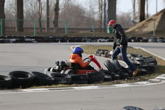戈梅利,白俄罗斯- 2010年3月8日:在种族的非职业竞争在karting的轨道 组织的休闲 库存图片