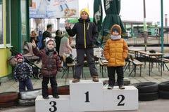 戈梅利,白俄罗斯- 2010年3月8日:在种族的非职业竞争在karting的轨道 组织的休闲 库存照片