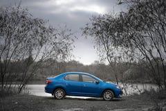 戈梅利,白俄罗斯- 2016年10月18日:在自然背景的蓝色汽车 库存图片