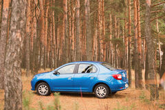 戈梅利,白俄罗斯- 2016年10月18日:在自然背景的蓝色汽车 库存照片