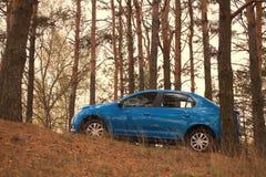 戈梅利,白俄罗斯- 2016年10月18日:在自然背景的蓝色汽车 免版税库存图片